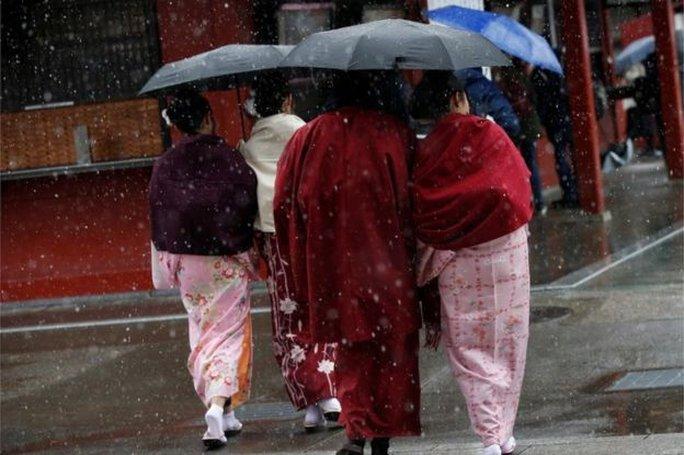Người dân thăm chùa Senso ở Tokyo trong trang phục kimono truyền thống. Ảnh: Reuters