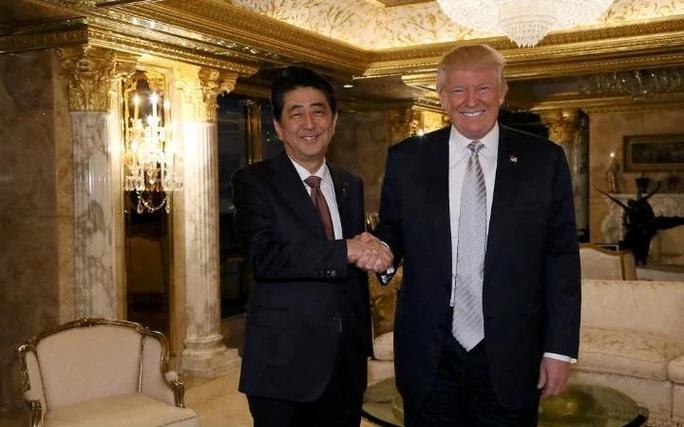 Ông Trump gặp Thủ tướng Nhật Abe hôm 17-11. Ảnh: Reuters