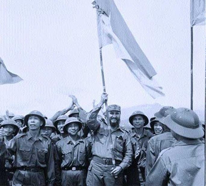 Fidel Castro vẫy cờ của các chiến sĩ Mặt trận giải phóng miền Nam Việt Nam. Ảnh: VNA