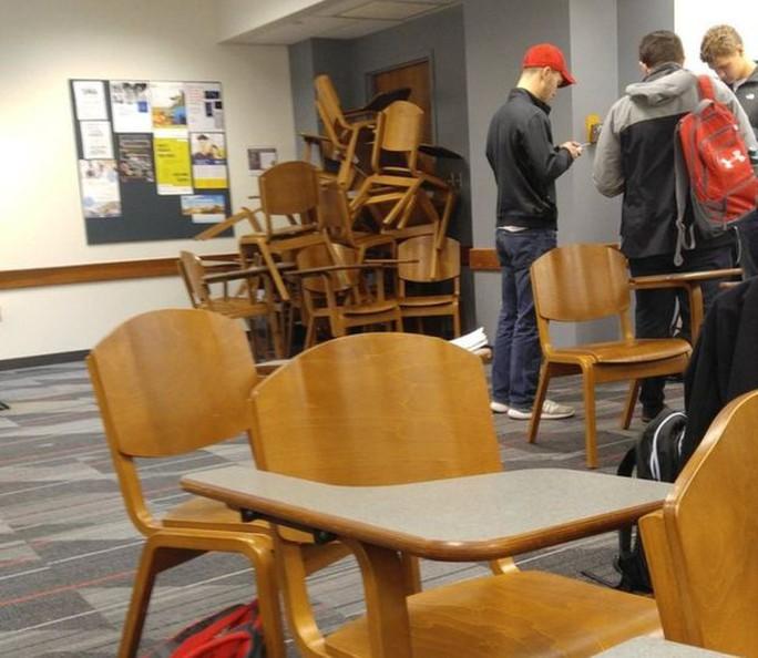 Sinh viên chặn cửa trong 1 phòng học. Ảnh: ABC