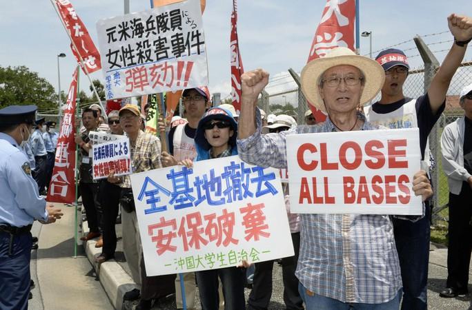 Một cuộc biểu tình đòi đóng cửa các căn cứ Mỹ trên đảo Okinawa. Ảnh: AP