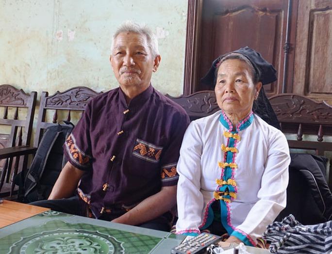 Vợ chồng ông Tâm, bà An ngồi kể cho lớp trẻ nghe về tục ngủ thăm của người Thái.
