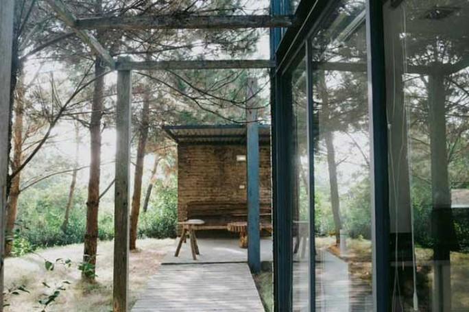 Nằm trong rừng thông ở Sóc Sơn, ngoại thành Hà Nội, căn biệt thự mang cảm giác biệt lập và khép kín, giúp bạn tránh xa khói bụi ồn ào của cuộc sống nhưng cũng không kém phần tiện nghi