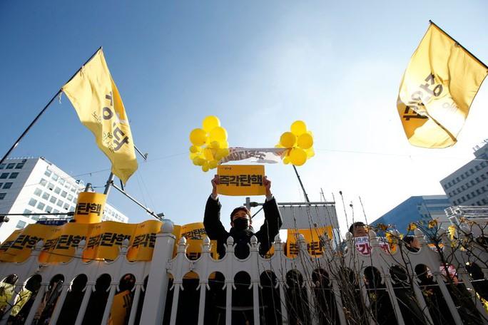 Người biểu tình tập trung bên ngoài quốc hội ở Seoul hôm 9-12. Ảnh: EPA
