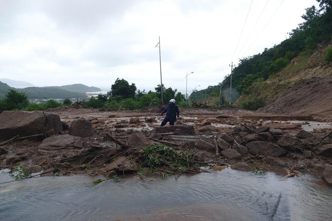 Nhiều tuyến đường ở huyện Ninh Hải bị sạt lở nặng, làm tê liệt giao thông