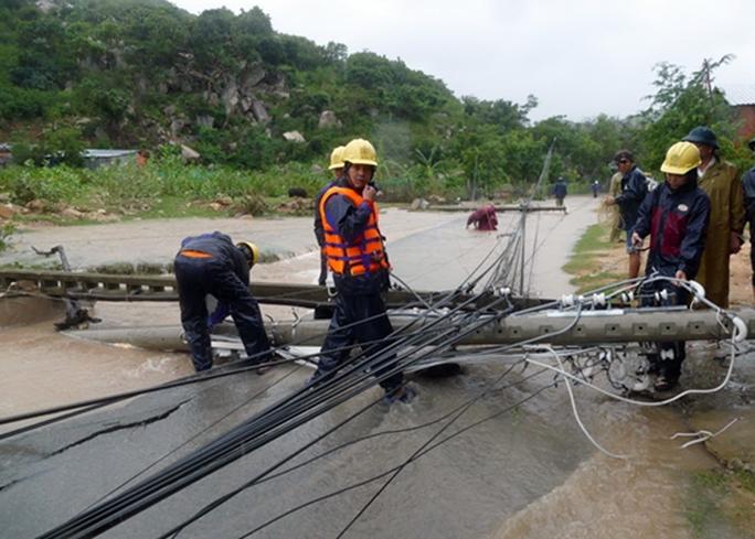 Gió giật làm một số trụ điện ở huyện Ninh Hải bị gãy đổ