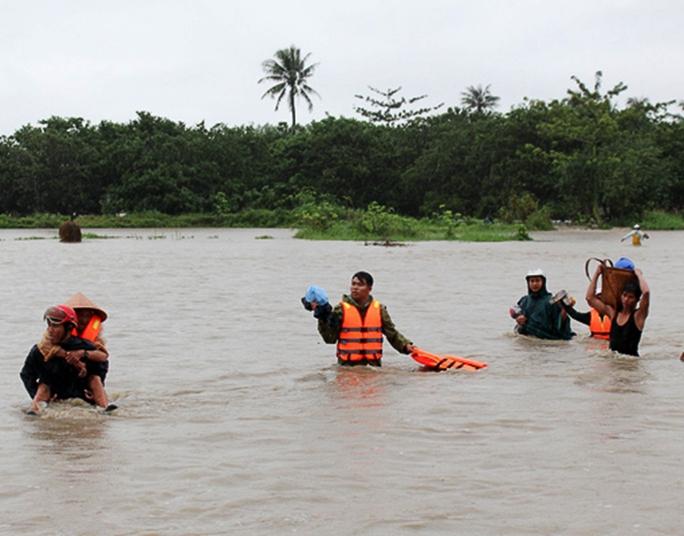 Lực lượng cứu hộ giúp người dân ở huyện Thuận Bắc sơ tán, tránh lũ quét nguy hiểm