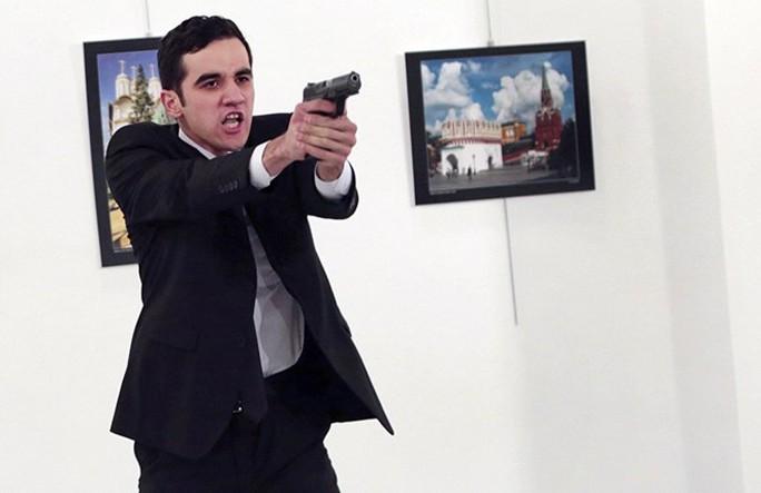 Mevlüt Mert Altintaş - kẻ bắn chết Đại sứ Nga tại TNK, mới 22 tuổi và từng học trường cảnh sát. Ảnh: AP
