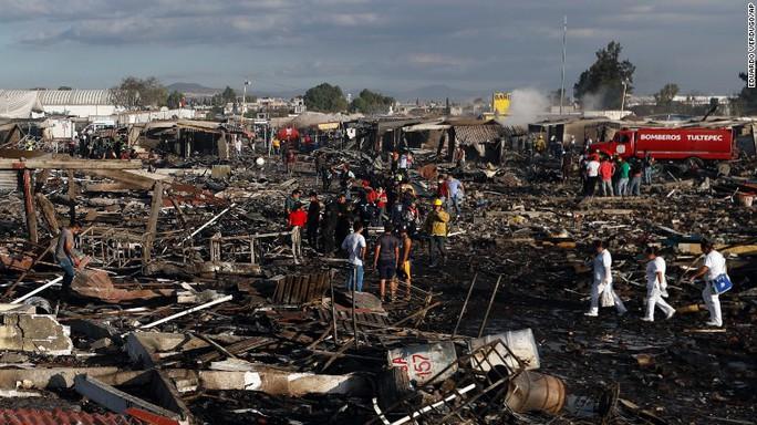 Khu chợ tan hoang sau vụ nổ. Ảnh: AP