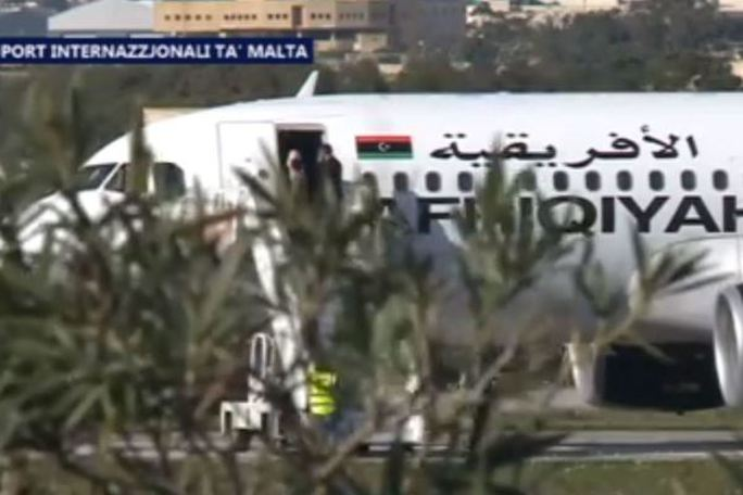Người trên máy bay được thả ra. Ảnh: tvm.com.mt