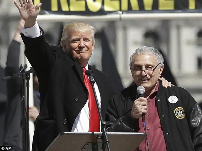 Ông Carl Paladino (phải) là đồng chủ tịch chiến dịch tranh cử của ông Donald Trump ở New York. Ảnh: AP