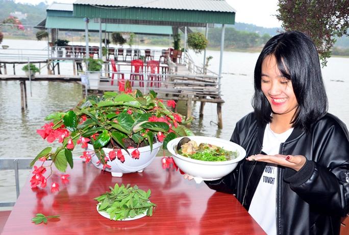 Thực khách thích thú với món canh gà lá mũn dân dã, ngon và độc đáo.