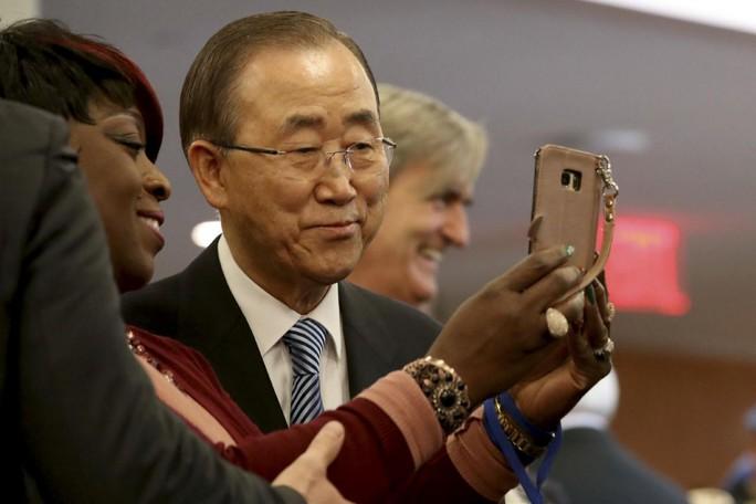 Ông Ban Ki-moon chụp hình tự sướng với đồng nghiệp trong ngày cuối cùng tại LHQ. Ảnh: AP