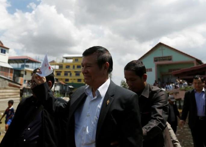 Lãnh đạo đảng đối lập Campuchia Kem Sokha hôm nay lần đầu bước ra khỏi trụ sở sau 5 tháng lánh nạn. Ảnh: REUTERS