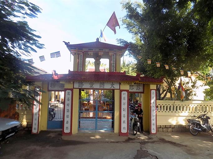 Sau này chùa Hoa Tiên mở hướng quay ra QL 1A để thuận tiện đi lạ.