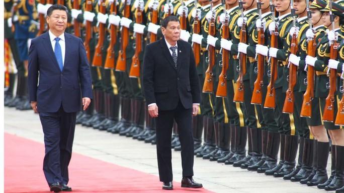 Chủ tịch Trung Quốc Tập Cận Bình đón tiếp Tổng thống Philippines Rodrigo Duterte. Ảnh: REUTERS