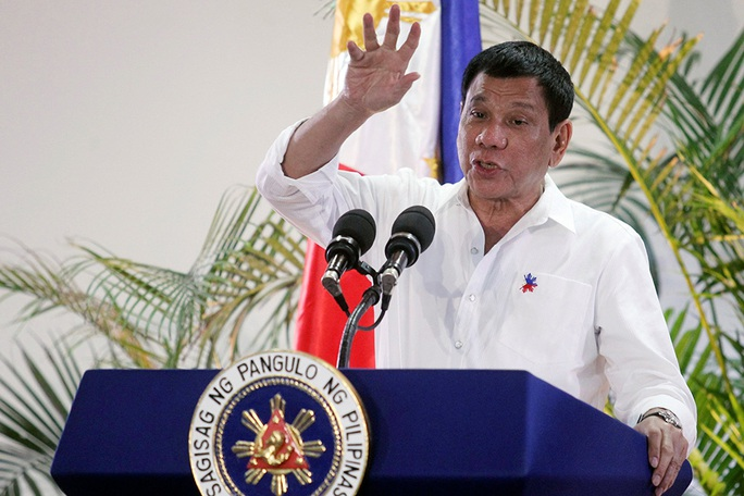 Tổng thống Rodrigo Duterte trong một cuộc họp báo tại sân bay quốc tế Davao sau chuyến thăm chính thức Nhật Bản Ảnh: REUTERS