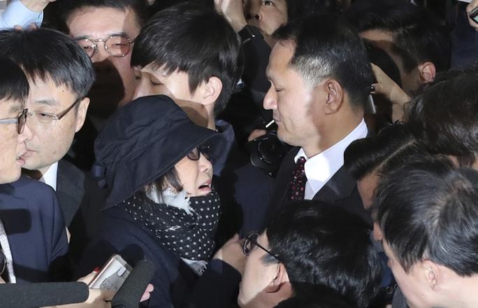 Bà Choi Soon-sil giữa báo giới, an ninh và người biểu tình ngày 31-10 Ảnh: AP