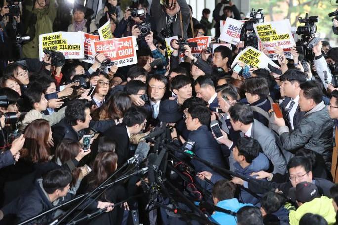 Bà Choi Soon-sil trở thành tâm điểm của báo chí tại Văn phòng công tố ngày 31-10. Ảnh: AP