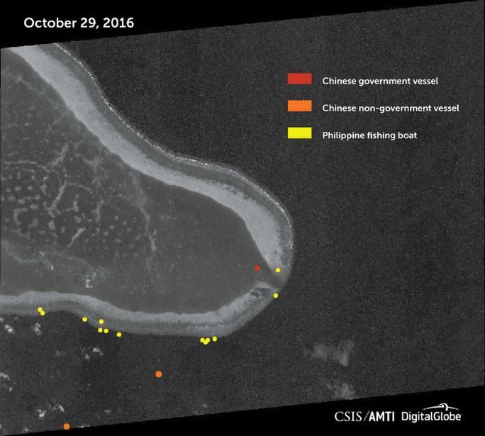 Hình chụp bãi cạn Scarborough qua vệ tinh hôm 29-10 (Chấm vàng là tàu Philippines, chấm đỏ là tàu hải cảnh Trung Quốc, chấm cam là tàu dân sự Trung Quốc). Ảnh: CSIS