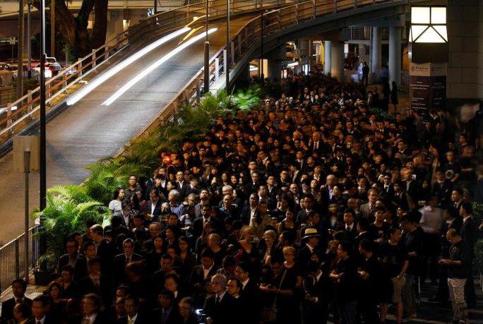 Hơn 1.000 luật sư trong bộ trang phục đen tuần hành trong im lặng trên đường phố Hồng Kông Ảnh: REUTERS