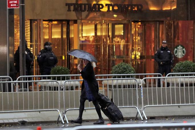 Rào chắn được dựng lên bên ngoài Tháp Trump ngày 15-11. Ảnh: AP