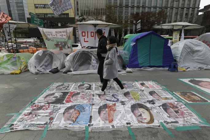 Hình ảnh Tổng thống Hàn Quốc Park Geun-hye trên đường phố Seoul ngày 23-11 Ảnh: AP