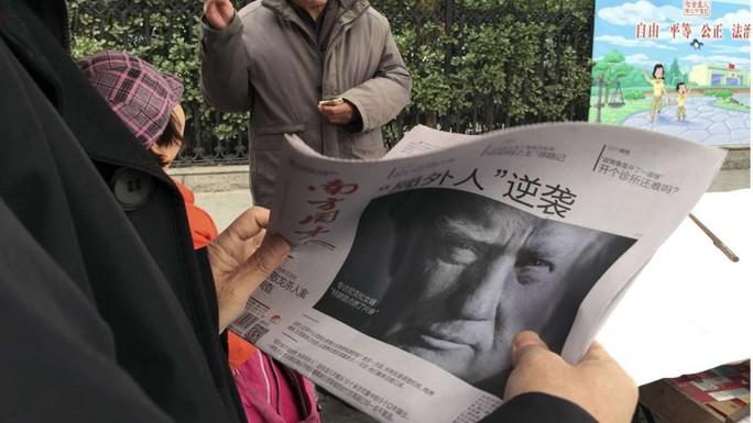 Ông Trump trên báo Trung Quốc ngày 10-11 Ảnh: AP