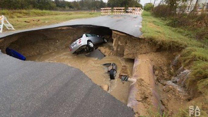 Hiện trường 2 xe rơi xuống hố Ảnh: SỞ CỨU HỎA SAN ANTONIO