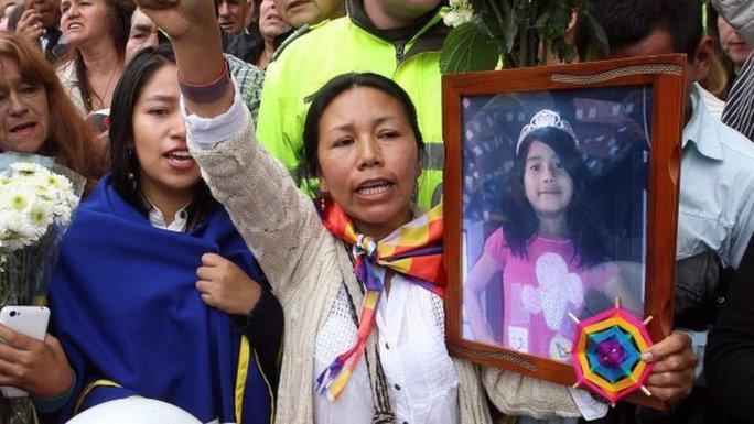 Người dân ôm bức ảnh cô bé Yuliana bị sát hại. Ảnh: EPA
