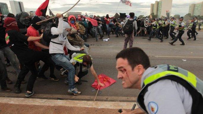 Hàng ngàn người dân Brazil đã xuống đường biểu tình phản đối dự luật thắt lưng buộc bụng. Ảnh: EPA