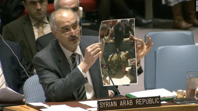 Ông Ja'afari trưng ra bức ảnh bị xem là hàng giả. Ảnh: Liên Hiệp Quốc