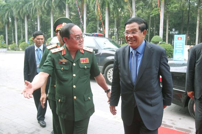 Thủ tướng Hun Sen đến Bộ Tư lệnh Quân khu 7 chiều 21-12. Ảnh: H.TRIỀU