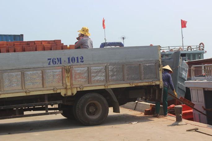 Chiếc xe chở đầy ắp gạch chờ các chị  chuyển xuống tàu ra đảo.