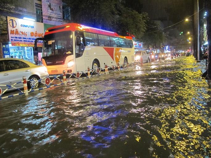Đường Tôn Thất Tùng (phường Bến Thành, quận 1) ngập nước