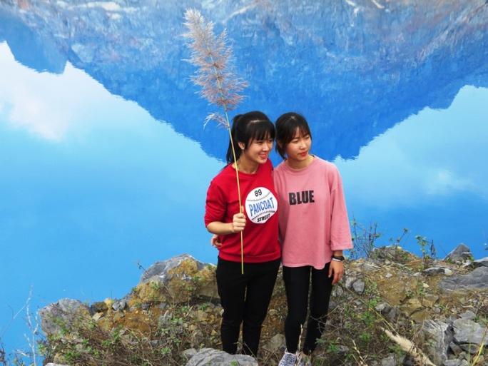 Độ đậm nhạt của màu xanh hồ nước xã An Sơn thay đổi nhiều lần trong ngày, tuỳ thuộc vào mây trời.