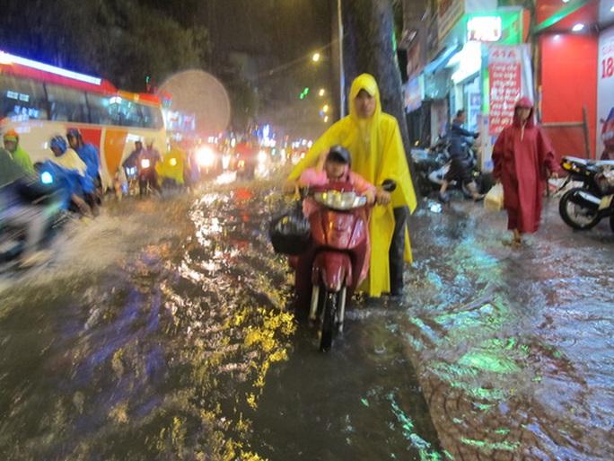 Một người xe bị chết máy phải dẫn bộ trên đường Tôn Thất Tùng (quận 1)