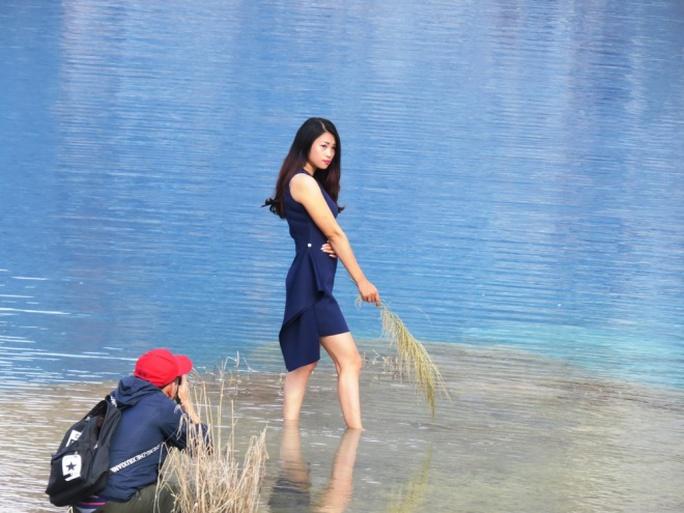 Nhiều bạn gái trẻ chọn hồ nước xanh làm nền cho những bức hình ưng ý