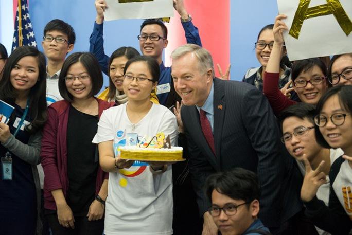 Đại sứ Mỹ tại Việt Nam Ted Osius cùng các bạn trẻ thành viên chương trình Sáng kiến thủ lĩnh trẻ Đông Nam Á (YSEALI) - Ảnh: Đại sứ quán Mỹ