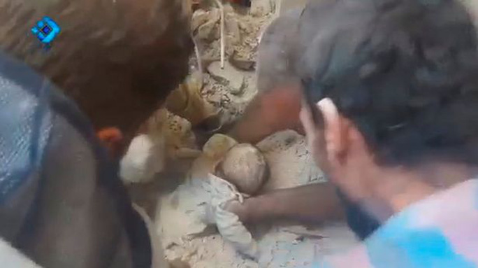 Bé gái 5 tuổi Rawan Alowsh được kéo ra khỏi đống đổ nát. Ảnh: REUTERS