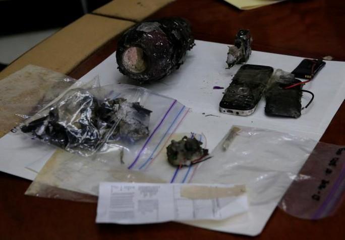 Những phần của vật thể được cho là bom tự chế Ảnh: REUTERS