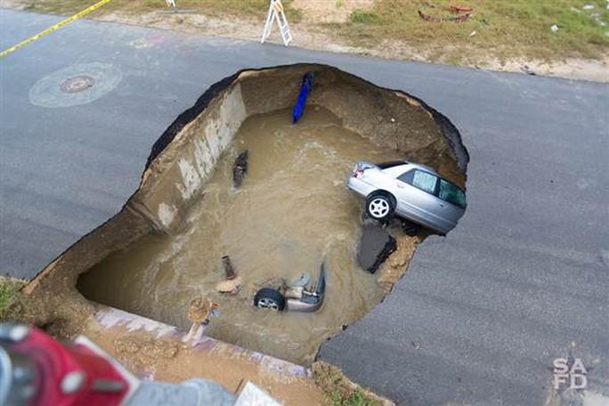 Hố bị sụt lún do một ống dẫn nước bị bể. Ảnh: SỞ CỨU HỎA SAN ANTONIO