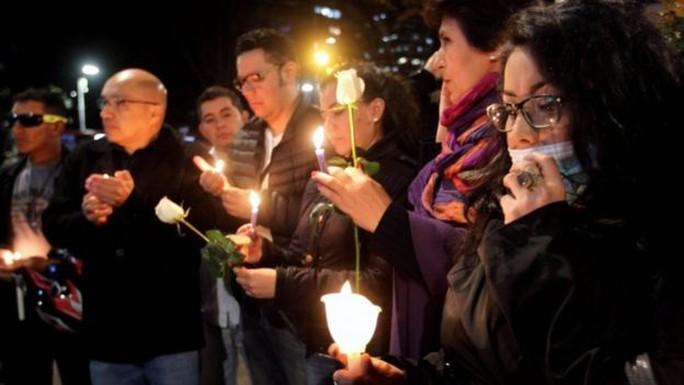 Người dân cầu nguyện cho Yuliana. Ảnh: EPA