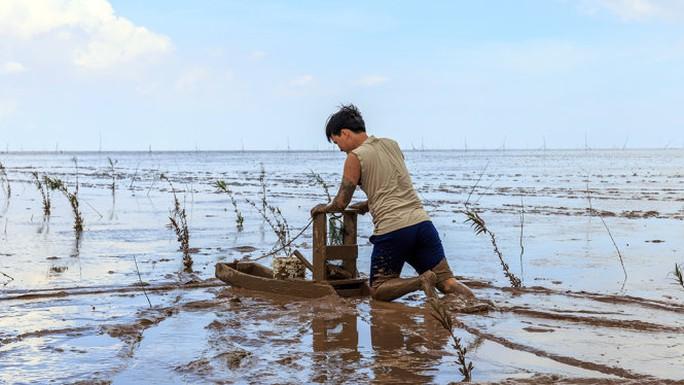 Hòa mình vào cuộc sống dân dã, mò cua bắt ốc ở Mỏ Ó - Ảnh: Nam Phạm