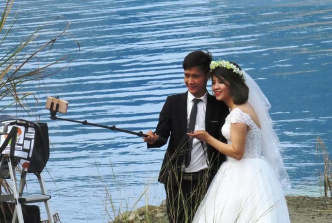 Lập gia đình đã lâu, nhưng hai vợ chồng trẻ đến từ Hải Phòng quyết định chụp lại ảnh cưới ở hồ nước xanh