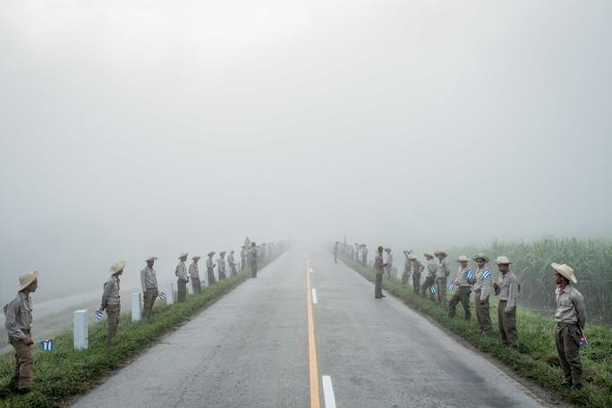 Người dân Cuba chờ đoàn xe mang tro cốt lãnh tụ Fidel Castro đi qua hôm 3-12. Ảnh: New York Times