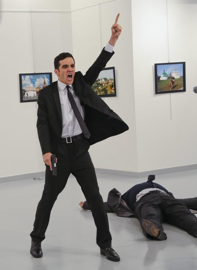 Hung thủ bắn chết Đại sứ Nga Andrey G. Karlov tại buổi triển lãm ở thủ đô Ankara - Thổ Nhĩ Kỳ hôm 19-12. Ảnh: AP