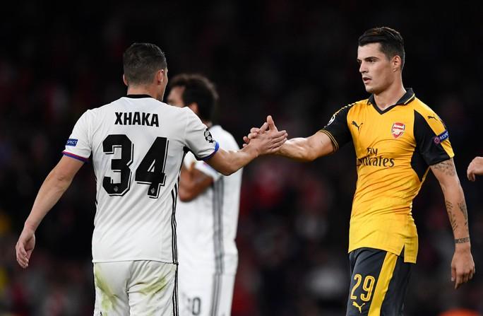 Granit an ủi người anh sau khi vượt qua Basel với tỉ số 2-0