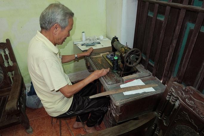 Sử dụng máy may thành thạo với đôi bàn tay thiếu ngón.