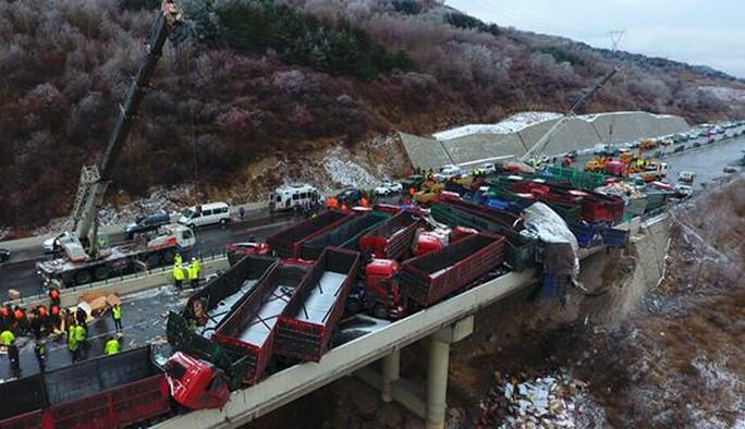 Một ngày sau khi vụ tai nạn xảy ra, đoạn đường xảy ra tai nạn vẫn bị phong tỏa. Ảnh: SOHU